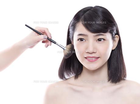 メイクアップ中の女性の写真素材 [FYI01179982]