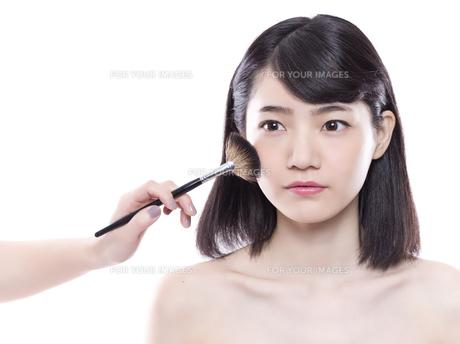 メイクアップ中の女性の写真素材 [FYI01179983]