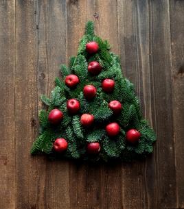 林檎とモミの木のクリスマスツリー 黒木材背景の写真素材 [FYI01180048]
