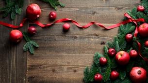 林檎とモミの木と赤いリボンのクリスマスツリー 黒木材背景の写真素材 [FYI01180050]