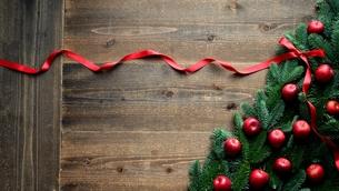 林檎とモミの木と赤いリボンのクリスマスツリー 黒木材背景の写真素材 [FYI01180054]