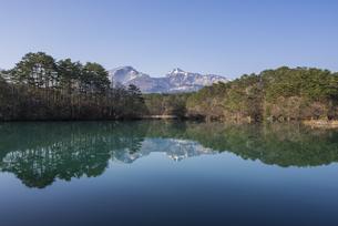 陽春の五色沼と磐梯山の写真素材 [FYI01180069]