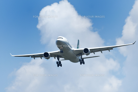着陸態勢の旅客機の写真素材 [FYI01180345]