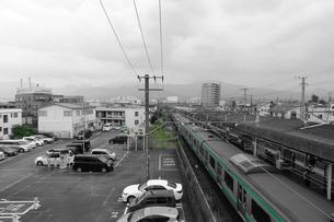 陸橋から眺める線路と駐車場の写真素材 [FYI01180574]
