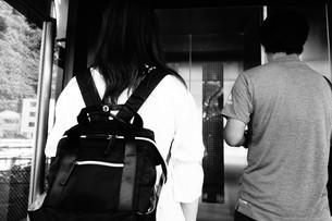 エレベーター待ちのカップルの写真素材 [FYI01180575]