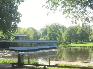 ドイツの公園 池に浮かぶカフェの写真素材 [FYI01180837]