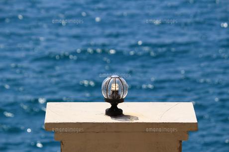 海岸沿いのお洒落な外灯の写真素材 [FYI01180952]