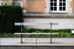 街角のモダンなベンチの写真素材 [FYI01180958]