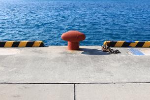 青い海に映える港の係船柱の写真素材 [FYI01180966]