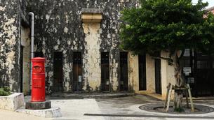 古いポストのある沖縄の風景の写真素材 [FYI01180967]