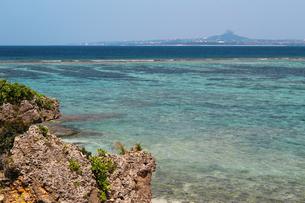 珊瑚礁の海岸と沖に浮かぶ島の写真素材 [FYI01180984]