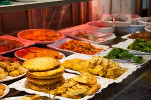 韓国の市場で売られている総菜の写真素材 [FYI01181199]