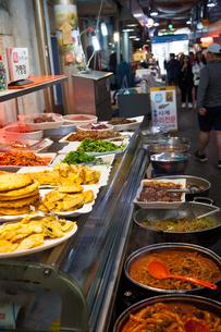 韓国の市場で売られている総菜の写真素材 [FYI01181203]