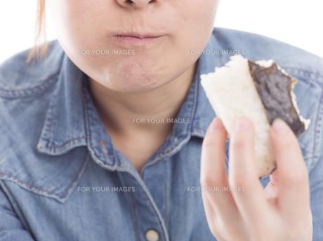 おにぎりを頬張る女性の口元の写真素材 [FYI01181353]