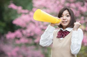 メガホンを持った女子学生の写真素材 [FYI01181430]