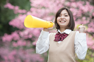 メガホンを持った女子学生の写真素材 [FYI01181435]