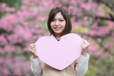 大きなハートを持った女子学生の写真素材 [FYI01181560]