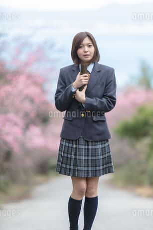 証書筒を持った女子学生の写真素材 [FYI01181581]
