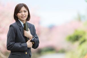 桜と証書筒を持った女学生の写真素材 [FYI01181593]