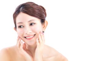 頰に手を添える女性の写真素材 [FYI01181876]