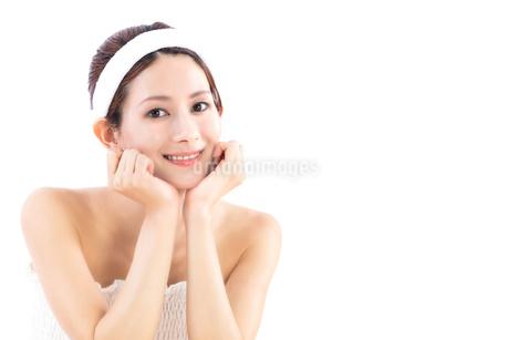 頬杖をついて微笑む女性の写真素材 [FYI01181885]