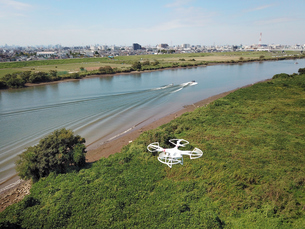 江戸川上空のドローンの写真素材 [FYI01181897]