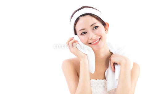 タオルを顔にあてる女性の写真素材 [FYI01181969]