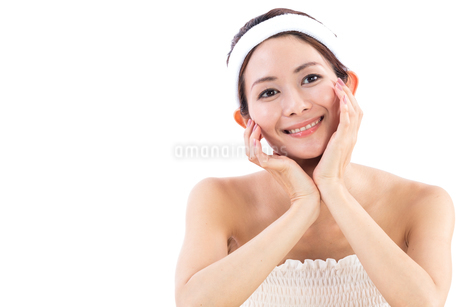 頬杖をついて微笑む女性の写真素材 [FYI01181978]
