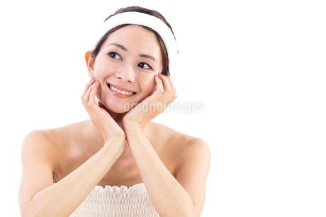 頬杖をつく女性の写真素材 [FYI01181980]