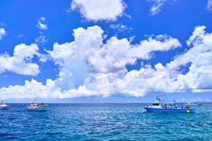 真夏の宮古島。伊良部島の白鳥岬に停泊中のダイバー船の写真素材 [FYI01182026]