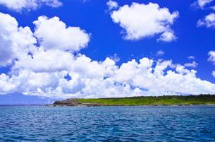 真夏の宮古島。海から見た伊良部島の白鳥岬の写真素材 [FYI01182027]