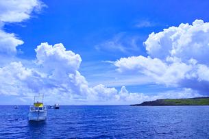 真夏の宮古島。伊良部島の白鳥岬に停泊中のダイバー船の写真素材 [FYI01182030]