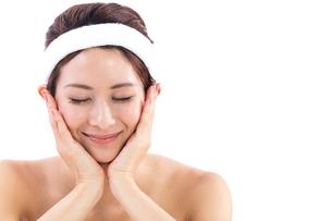 頬に手を当てる女性の写真素材 [FYI01182273]