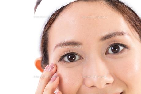 目元を気にする女性の写真素材 [FYI01182281]