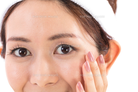 目元を気にする女性の写真素材 [FYI01182282]