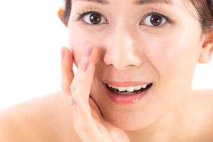 小鼻を気にする女性の写真素材 [FYI01182287]