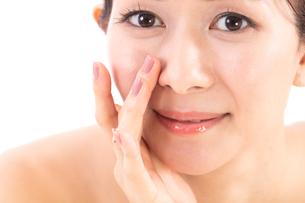 小鼻を気にする女性の写真素材 [FYI01182288]