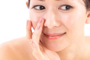 小鼻を気にする女性の写真素材 [FYI01182289]