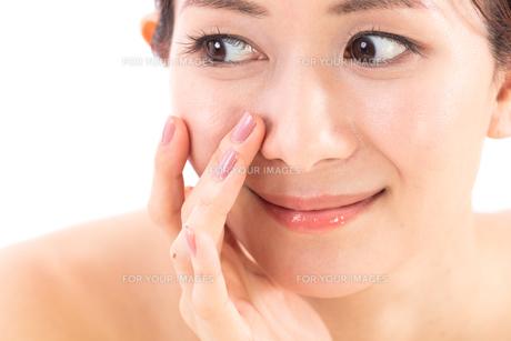小鼻を気にする女性の写真素材 [FYI01182290]