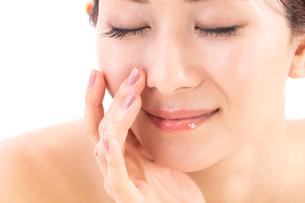 小鼻を気にする女性の写真素材 [FYI01182291]