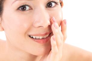 小鼻を気にする女性の写真素材 [FYI01182292]
