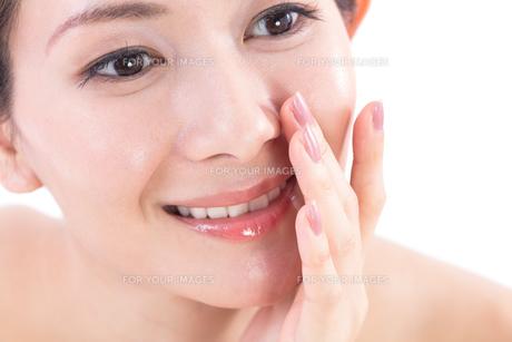 小鼻を気にする女性の写真素材 [FYI01182293]
