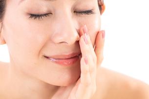 小鼻を気にする女性の写真素材 [FYI01182294]
