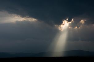 雨上がりの空と天使のはしごの写真素材 [FYI01182513]