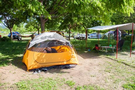 家族でキャンプの写真素材 [FYI01182800]