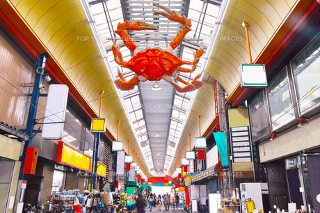 昼の黒門市場商店街の写真素材 [FYI01182807]