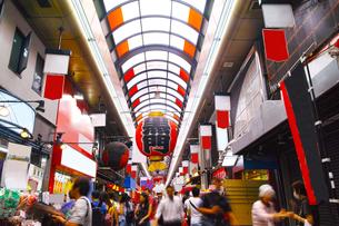 昼の黒門市場商店街の写真素材 [FYI01182808]