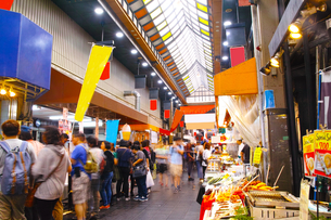 昼の黒門市場商店街の写真素材 [FYI01182810]
