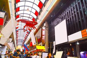 昼の黒門市場商店街の写真素材 [FYI01182811]