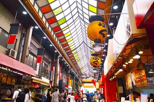 昼の黒門市場商店街の写真素材 [FYI01182812]